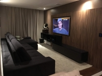 Home Theater com caixas embutidas no teto