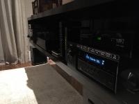 Sistema de som com receiver e subwoofer